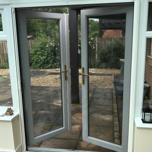 Single retractable insect screen doors